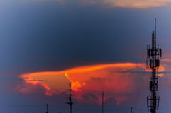 Силуэт антенны телефона с небом захода солнца Стоковое Изображение