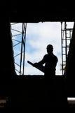 Силуэт архитектора инженера работая на строительной площадке Стоковое Фото