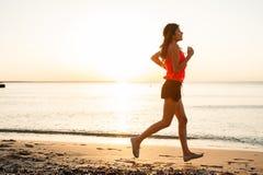 Силуэт атлетического женского бегуна Стоковое Изображение RF