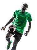 Силуэт африканского футболиста человека жонглируя Стоковые Фотографии RF