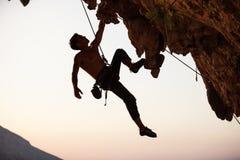 Силуэт альпиниста утеса Стоковое Изображение