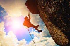 Силуэт альпиниста утеса Стоковое фото RF