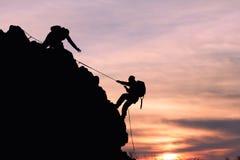 Силуэт альпиниста Стоковое фото RF