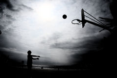 Силуэт баскетбола в заходе солнца Стоковые Фотографии RF