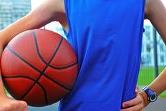 Силуэт баскетболиста внешнего Стоковые Фото