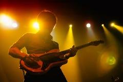 Силуэт бас-гитариста perfoms Polock (диапазона) на этапе Razzmatazz Стоковые Фото