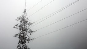 Силуэт башни передачи в глубокой предпосылке белизны тумана Стоковое Изображение