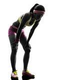 Силуэт бегуна женщины бежать утомленный затаивший дыхание Стоковая Фотография RF