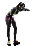 Силуэт бегуна женщины бежать утомленный затаивший дыхание Стоковые Фото