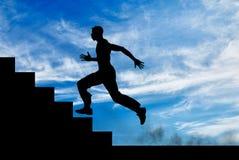 Силуэт бегуна на лестницах вверх Стоковое фото RF