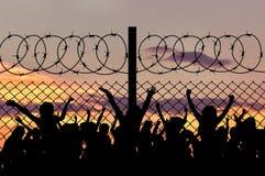 Силуэт беженцев и колючей проволоки Стоковая Фотография