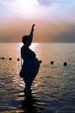 Силуэт беременной женщины на пляже Стоковая Фотография RF