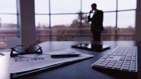 Силуэт бизнесмена: говорить на телефоне акции видеоматериалы