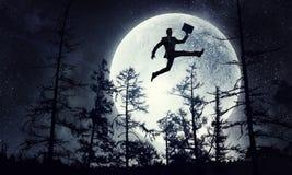 Силуэт бизнесмена над луной Мультимедиа стоковое изображение rf