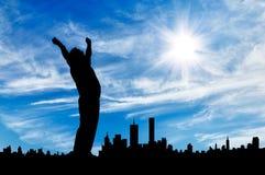 Силуэт бизнесмена с его руками вверх Стоковое Изображение RF