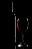 Силуэт бутылки и стекла вина над чернотой Стоковые Изображения