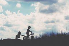Силуэт велосипеда 2 мальчиков Стоковая Фотография RF