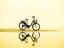 Силуэт велосипеда на заходе солнца Ландшафт ЛЕТА Стоковое Изображение