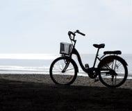 Силуэт велосипеда на заходе солнца Ландшафт ЛЕТА Стоковые Изображения RF