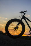 Силуэт велосипеда на заходе солнца Стоковое фото RF