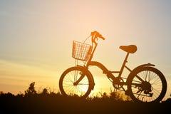 Силуэт велосипеда на траве Стоковые Фото