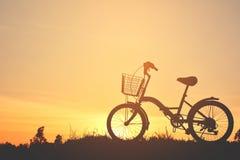 Силуэт велосипеда на траве Стоковые Изображения