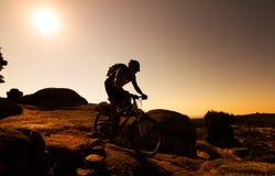 Силуэт велосипедиста горы Стоковое Изображение