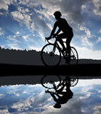 Силуэт велосипедиста ехать велосипед дороги Стоковые Изображения RF