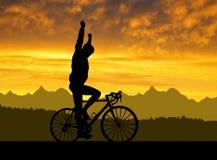 Силуэт велосипедиста ехать велосипед дороги Стоковое Фото