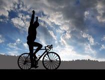 Силуэт велосипедиста ехать велосипед дороги стоковые фотографии rf