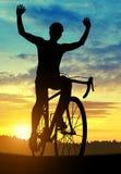 Силуэт велосипедиста на велосипеде дороги Стоковое фото RF