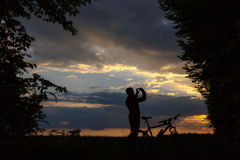 Силуэт велосипедиста на заходе солнца Стоковая Фотография RF