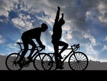 Силуэт 2 велосипедистов стоковая фотография rf