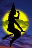Силуэт ведьмы на венике Стоковое Фото