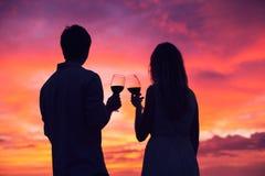 Силуэт вина пар выпивая на заходе солнца Стоковое Фото
