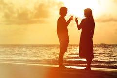 Силуэт вина пар выпивая на заходе солнца стоковая фотография