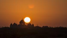 Силуэт дворца с солнцем касается ему Стоковое Фото