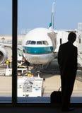 Силуэт восхождения на борт бизнесмена ждать в авиапорте Стоковые Фотографии RF