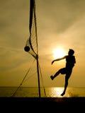 Силуэт волейболиста пляжа Стоковые Фотографии RF