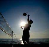 Силуэт волейболиста пляжа Стоковые Изображения RF