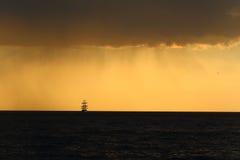 Силуэт высокорослого корабля на заходе солнца Стоковые Фото