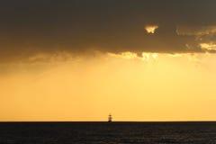Силуэт высокорослого корабля на заходе солнца Стоковая Фотография RF