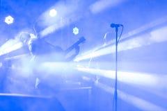 Силуэт гитариста выполняет на этапе концерта абстрактная предпосылка более музыкальная мое портфолио Диапазон музыки с гитаристом Стоковое фото RF