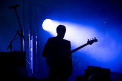 Силуэт гитариста на этапе Стоковое Изображение RF