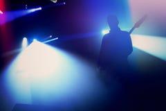 Силуэт гитариста утеса на этапе на концерте Стоковая Фотография