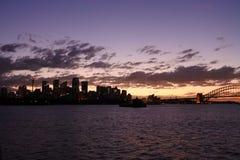 Силуэт горизонта Сиднея на драматическом заходе солнца Стоковая Фотография