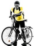 Силуэт горного велосипеда человека bicycling стоящий Стоковые Фотографии RF