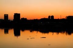 Силуэт города Москвы с центром Bisness на береге Стоковое Изображение