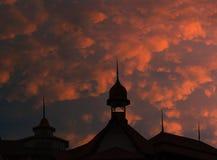 Силуэт города на заходе солнца Конец-вверх фасада симметричного здания Стоковое фото RF