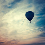 Силуэт горячего воздушного шара на заходе солнца Стоковое Изображение